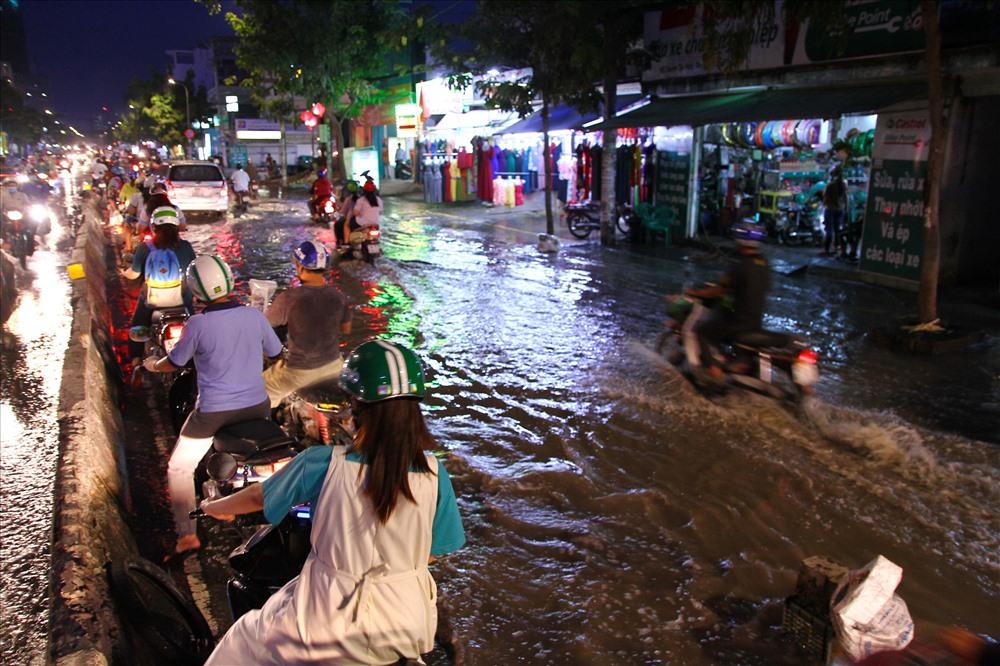 Người Sài Gòn ngã sấp mặt vì triều cường dâng cao Ảnh 6