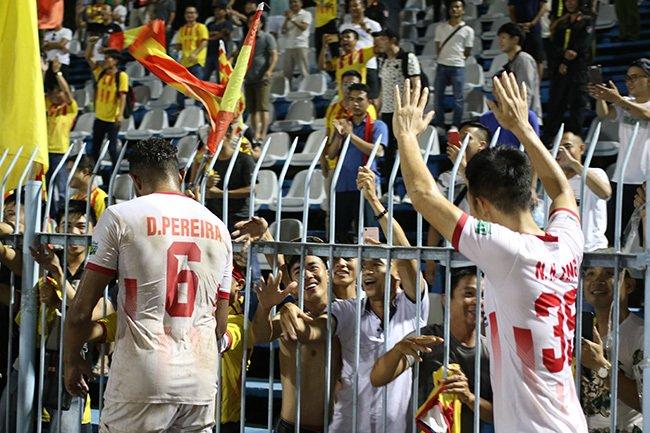 Lấy vé play-off, Nam Định ăn mừng như thể vô địch Ảnh 5