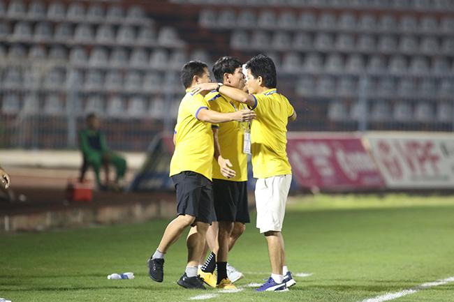 Lấy vé play-off, Nam Định ăn mừng như thể vô địch Ảnh 2