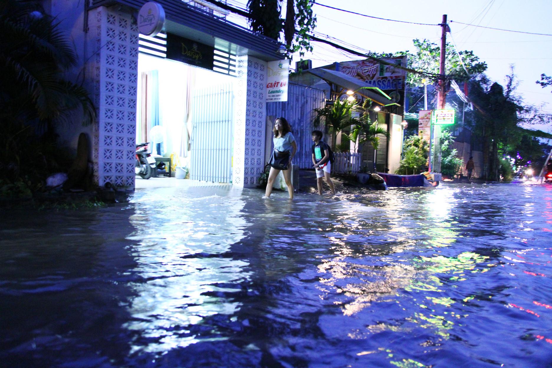 'Phố nhà giàu' Thảo Điền không mưa cũng ngập, người người lội nước bì bõm Ảnh 7