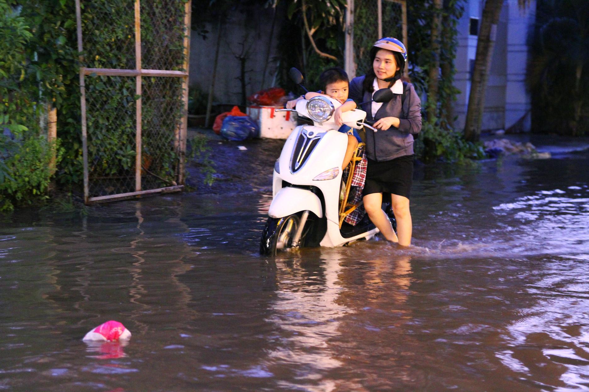 'Phố nhà giàu' Thảo Điền không mưa cũng ngập, người người lội nước bì bõm Ảnh 5
