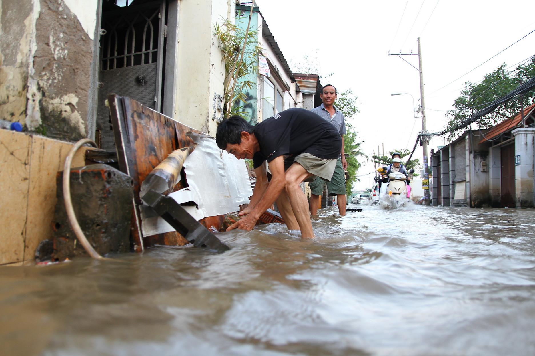 'Phố nhà giàu' Thảo Điền không mưa cũng ngập, người người lội nước bì bõm Ảnh 4