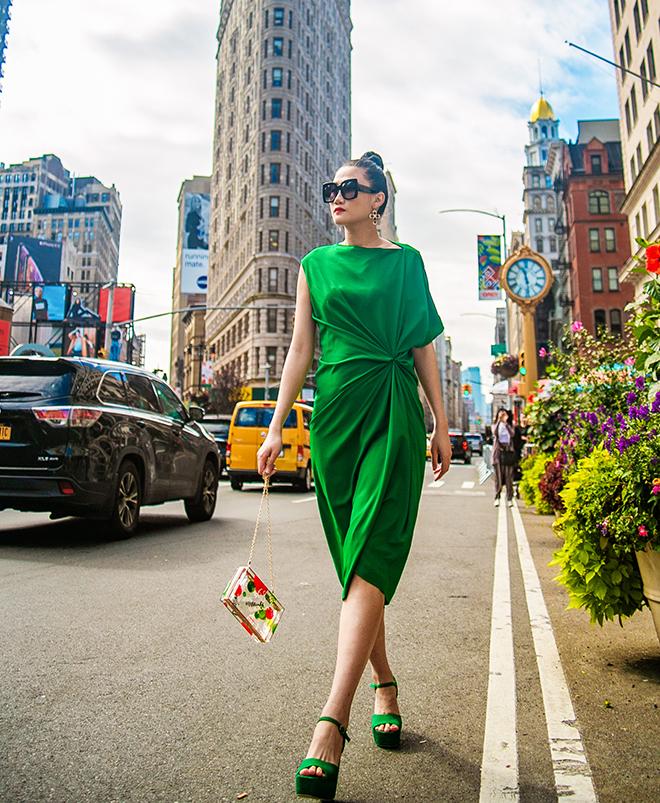 Mặc váy sarong màu xanh lá kiêu hãnh cuốn hút mọi ánh nhìn như Kha Mỹ Vân Ảnh 1