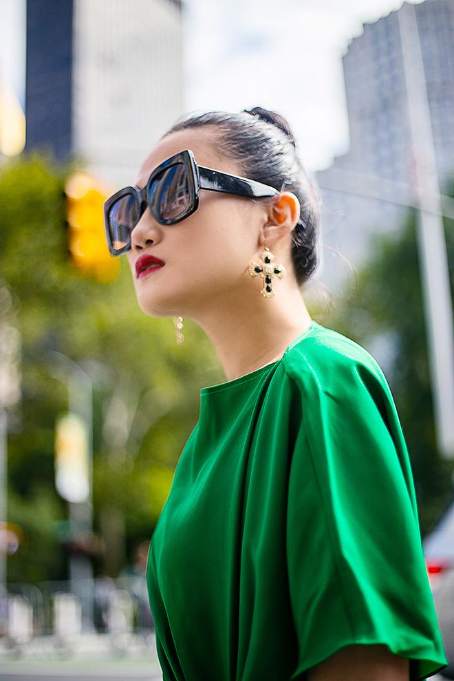 Mặc váy sarong màu xanh lá kiêu hãnh cuốn hút mọi ánh nhìn như Kha Mỹ Vân Ảnh 8