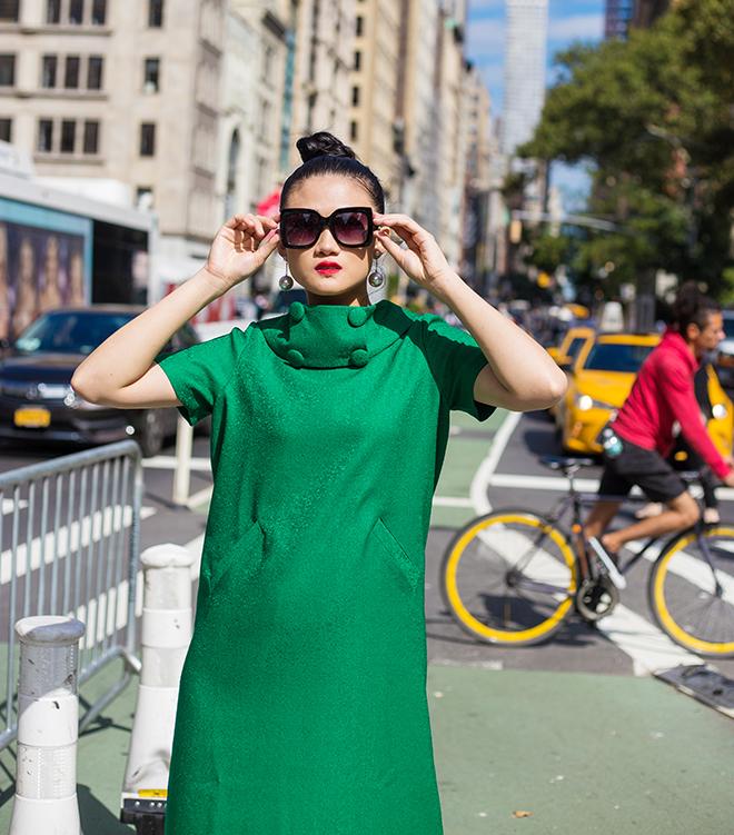 Mặc váy sarong màu xanh lá kiêu hãnh cuốn hút mọi ánh nhìn như Kha Mỹ Vân Ảnh 14