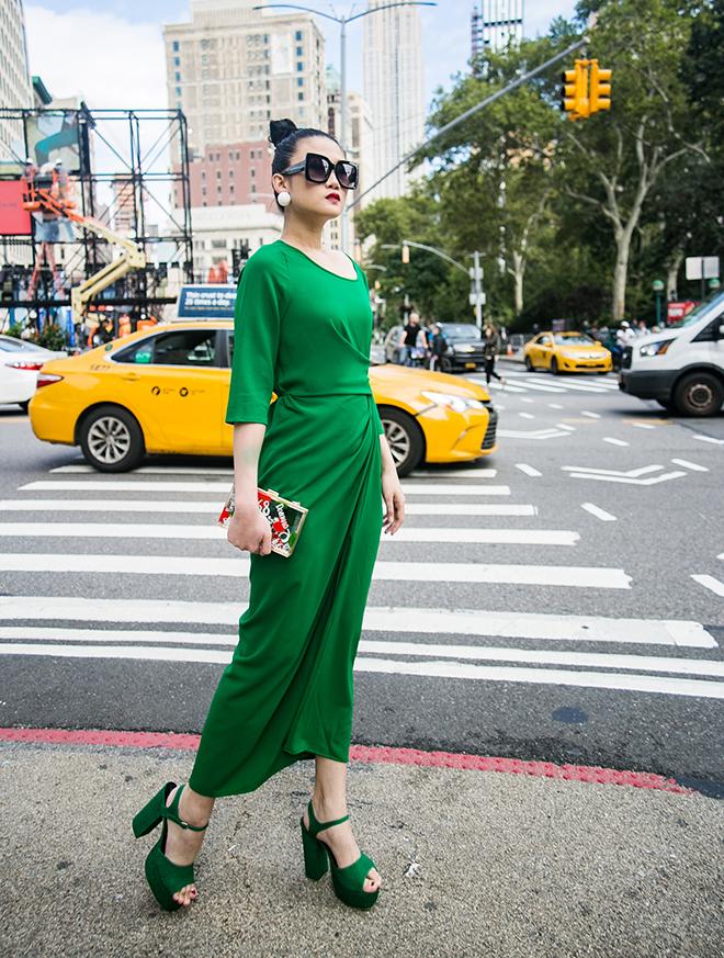 Mặc váy sarong màu xanh lá kiêu hãnh cuốn hút mọi ánh nhìn như Kha Mỹ Vân Ảnh 9