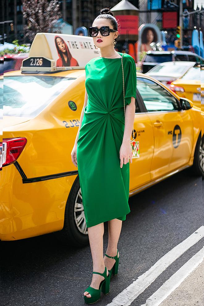 Mặc váy sarong màu xanh lá kiêu hãnh cuốn hút mọi ánh nhìn như Kha Mỹ Vân Ảnh 4