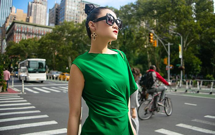 Mặc váy sarong màu xanh lá kiêu hãnh cuốn hút mọi ánh nhìn như Kha Mỹ Vân Ảnh 3