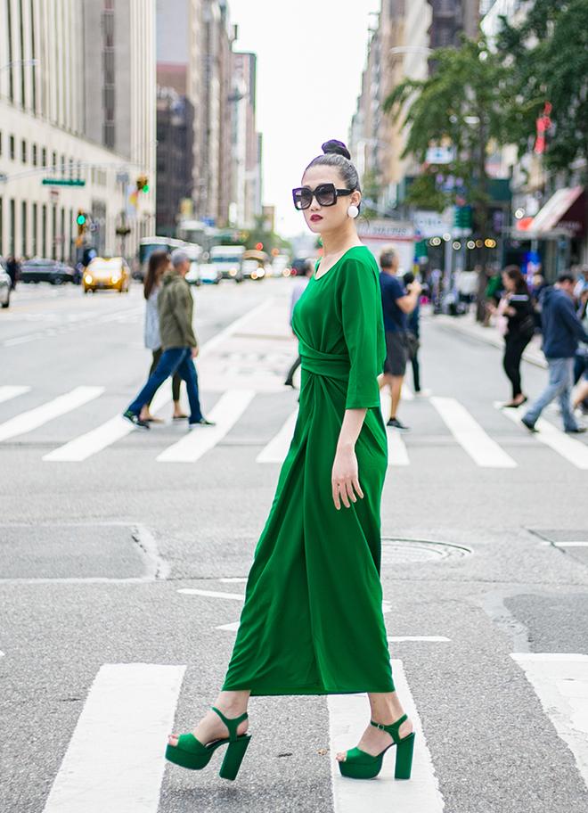 Mặc váy sarong màu xanh lá kiêu hãnh cuốn hút mọi ánh nhìn như Kha Mỹ Vân Ảnh 5