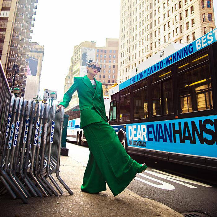 Mặc váy sarong màu xanh lá kiêu hãnh cuốn hút mọi ánh nhìn như Kha Mỹ Vân Ảnh 11
