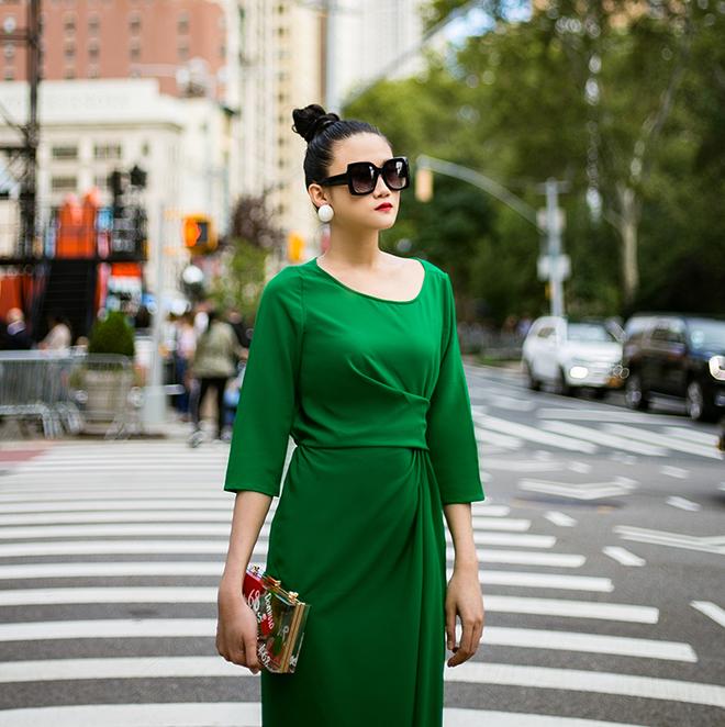 Mặc váy sarong màu xanh lá kiêu hãnh cuốn hút mọi ánh nhìn như Kha Mỹ Vân Ảnh 6