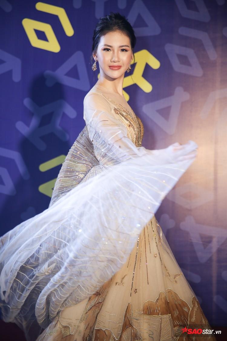Diện váy che hết tầm nhìn, Khánh Vân-Quỳnh Hoa vẫn thể hiện trình catwalk cực đỉnh Ảnh 16