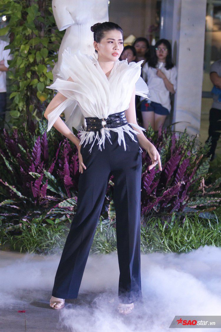 Diện váy che hết tầm nhìn, Khánh Vân-Quỳnh Hoa vẫn thể hiện trình catwalk cực đỉnh Ảnh 5