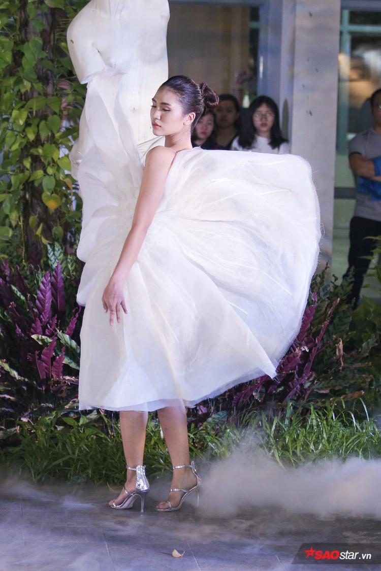 Diện váy che hết tầm nhìn, Khánh Vân-Quỳnh Hoa vẫn thể hiện trình catwalk cực đỉnh Ảnh 4