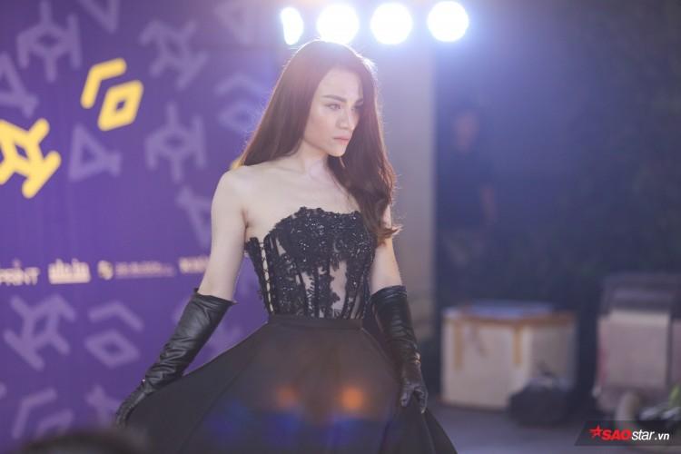 Diện váy che hết tầm nhìn, Khánh Vân-Quỳnh Hoa vẫn thể hiện trình catwalk cực đỉnh Ảnh 13