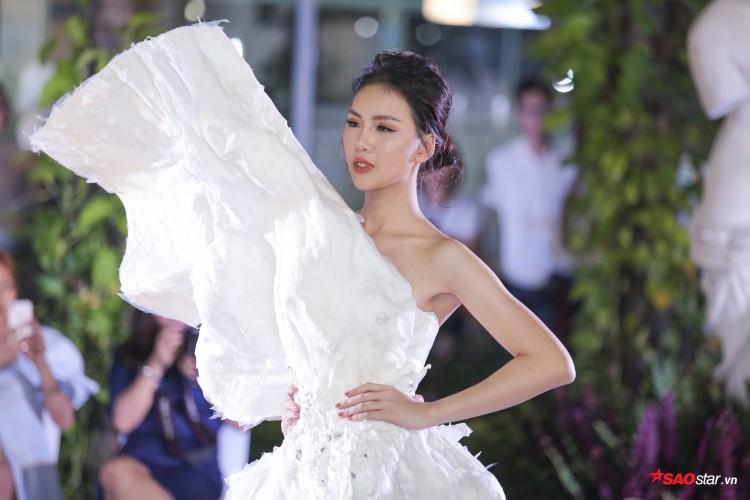 Diện váy che hết tầm nhìn, Khánh Vân-Quỳnh Hoa vẫn thể hiện trình catwalk cực đỉnh Ảnh 2