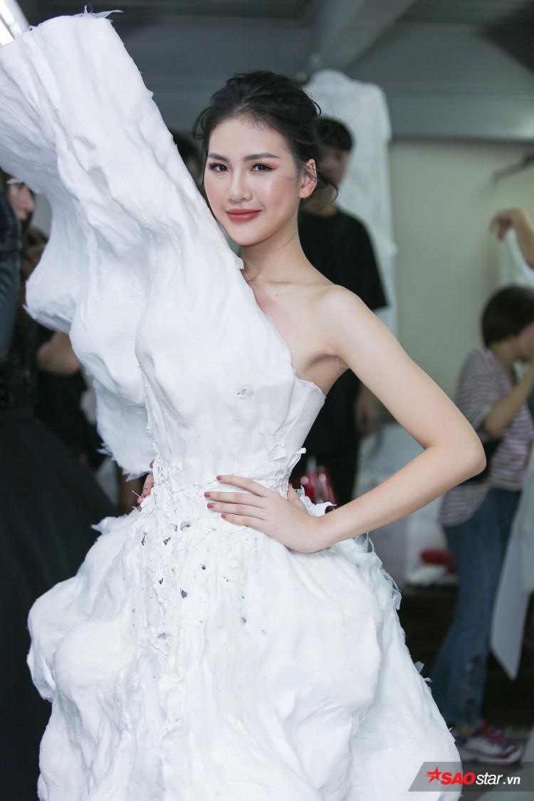 Diện váy che hết tầm nhìn, Khánh Vân-Quỳnh Hoa vẫn thể hiện trình catwalk cực đỉnh Ảnh 1