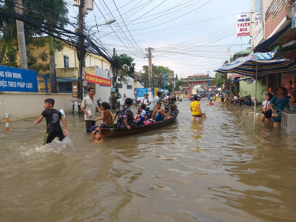 Triều cường dâng cao, dân Cần Thơ bơi thuyền giữa phố Ảnh 2