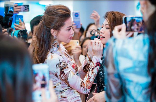 Hồ Ngọc Hà sang trọng với váy Dolce Gabbana Đàm Vĩnh Hưng tặng Ảnh 9