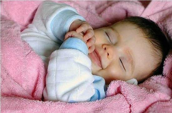 Mách các mẹ những cách giữ ấm cho trẻ khi khí lạnh tràn về ảnh 1