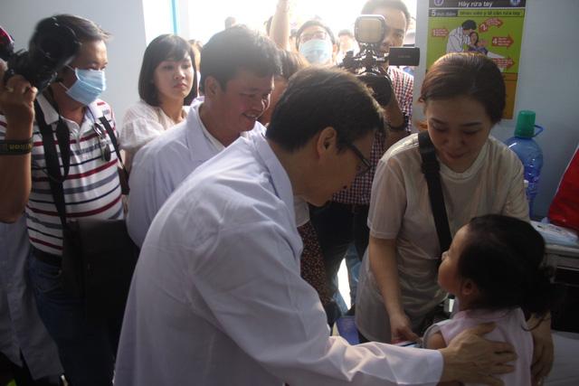 Phó Thủ tướng Vũ Đức Đam lý giải việc bệnh nhân vượt tuyến để điều trị bệnh Ảnh 2