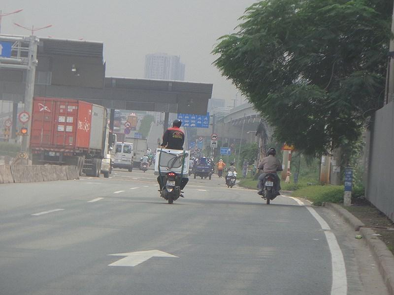 Làm xiếc trên xa lộ Hà Nội Ảnh 2