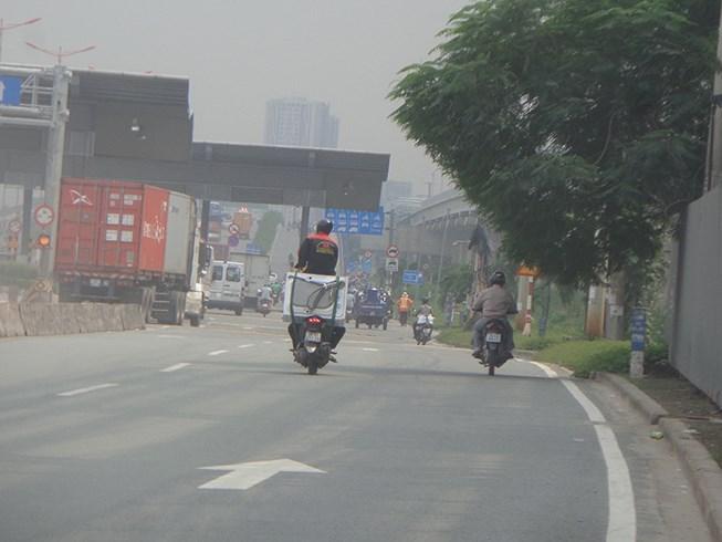 Làm xiếc trên xa lộ Hà Nội Ảnh 1