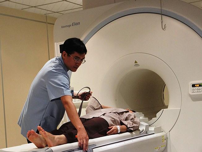 Xếp hàng tầm soát ung thư giá gần 23 triệu đồng Ảnh 1