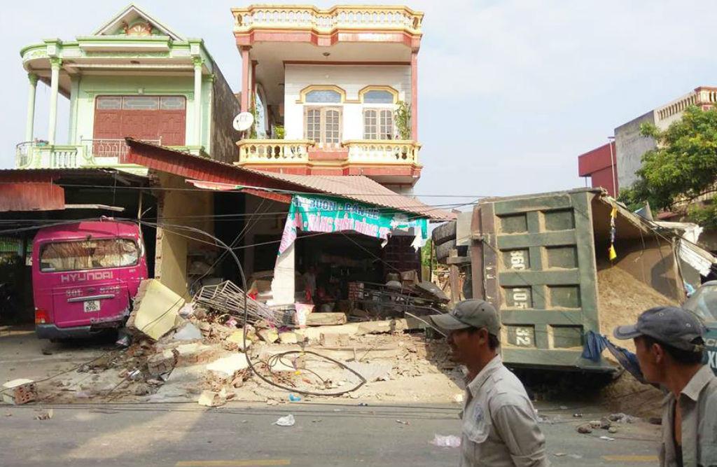 Xe tải chở cát tông vào 2 nhà dân ở Thanh Hóa lúc rạng sáng Ảnh 2