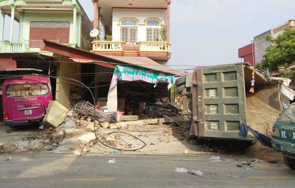 Xe tải chở cát tông vào 2 nhà dân ở Thanh Hóa lúc rạng sáng Ảnh 1