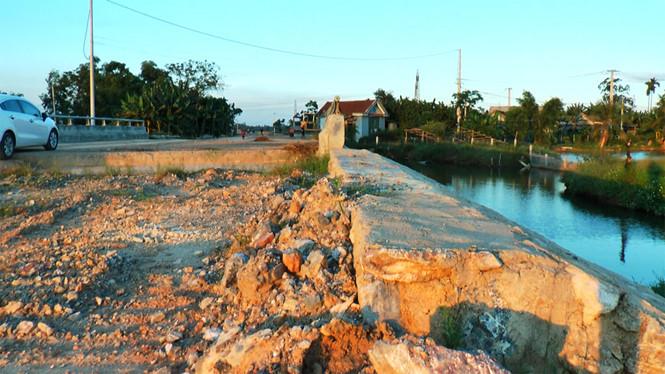 Cầu mới, đường dẫn đắp đất vẫn xin... hoàn thành! Ảnh 1