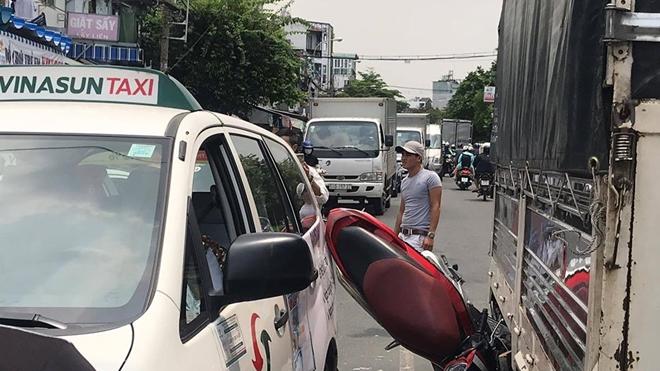 Đèo ba, len vào giữa 2 xe ô tô, 3 học sinh bị thương nặng Ảnh 2