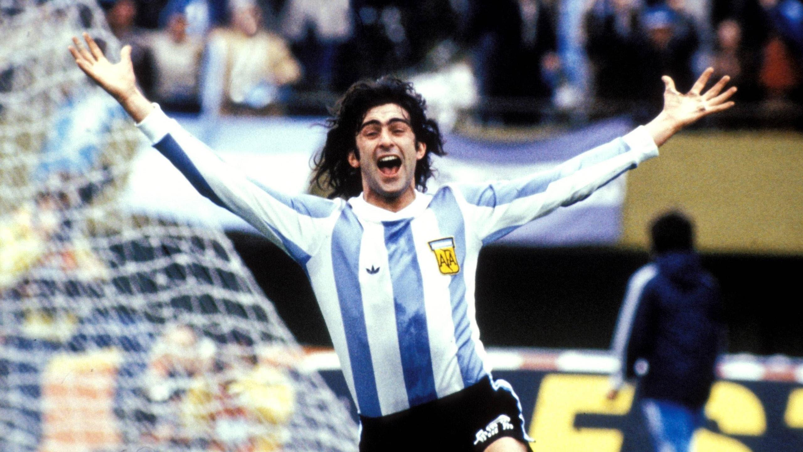 Huyền thoại Argentina bênh Messi, kêu Maradona ngậm miệng Ảnh 1