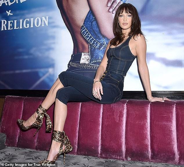 Bella Hadid phô diễn đường cong nóng bỏng với set đồ denim cá tính Ảnh 8