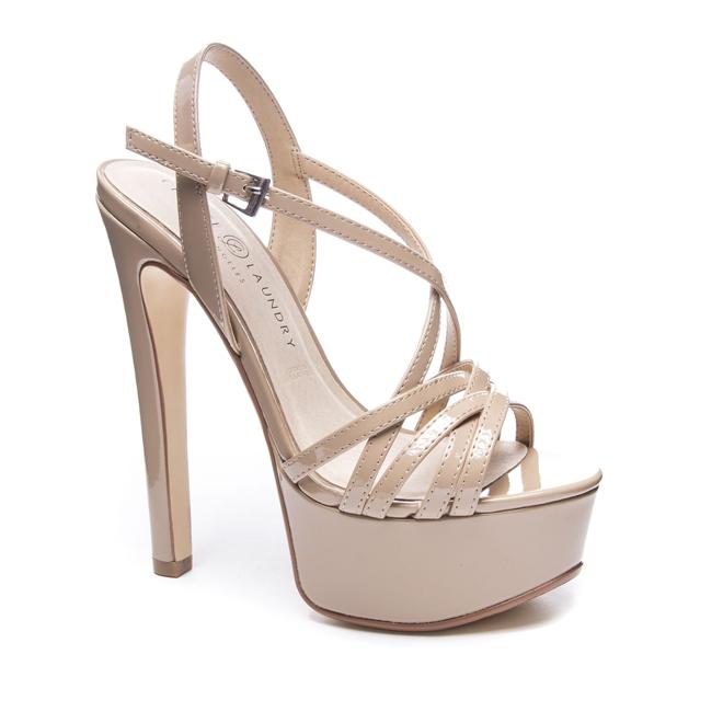 Đôi giày 1,9 triệu là 'thần may mắn' của HH Tiểu Vy, H'Hen Niê Ảnh 3