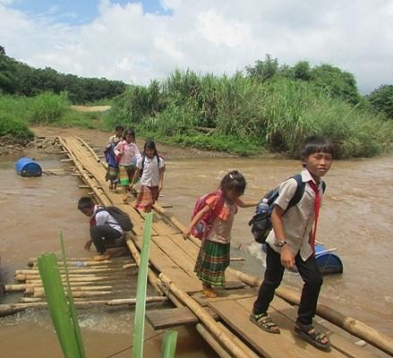 'Ớn lạnh' những con đường đến trường của học sinh buôn H'Mông trong Ảnh 1