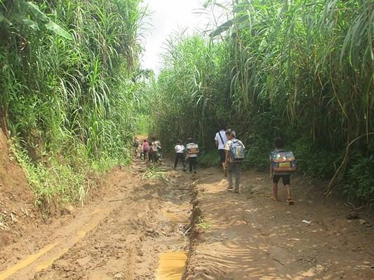 'Ớn lạnh' những con đường đến trường của học sinh buôn H'Mông trong Ảnh 6