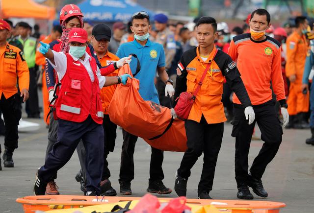 Nỗi ám ảnh của đội cứu hộ sau thảm kịch rơi máy bay ở Indonesia Ảnh 2