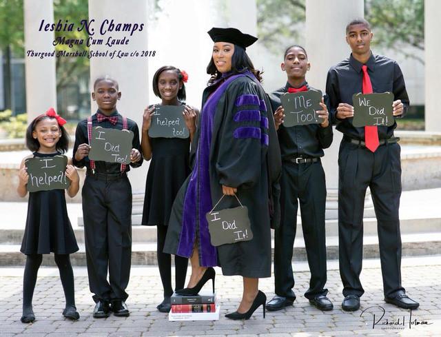 Bức ảnh mẹ đơn thân ngày tốt nghiệp trường Luật cùng 5 đứa con gây 'bão mạng' Ảnh 1