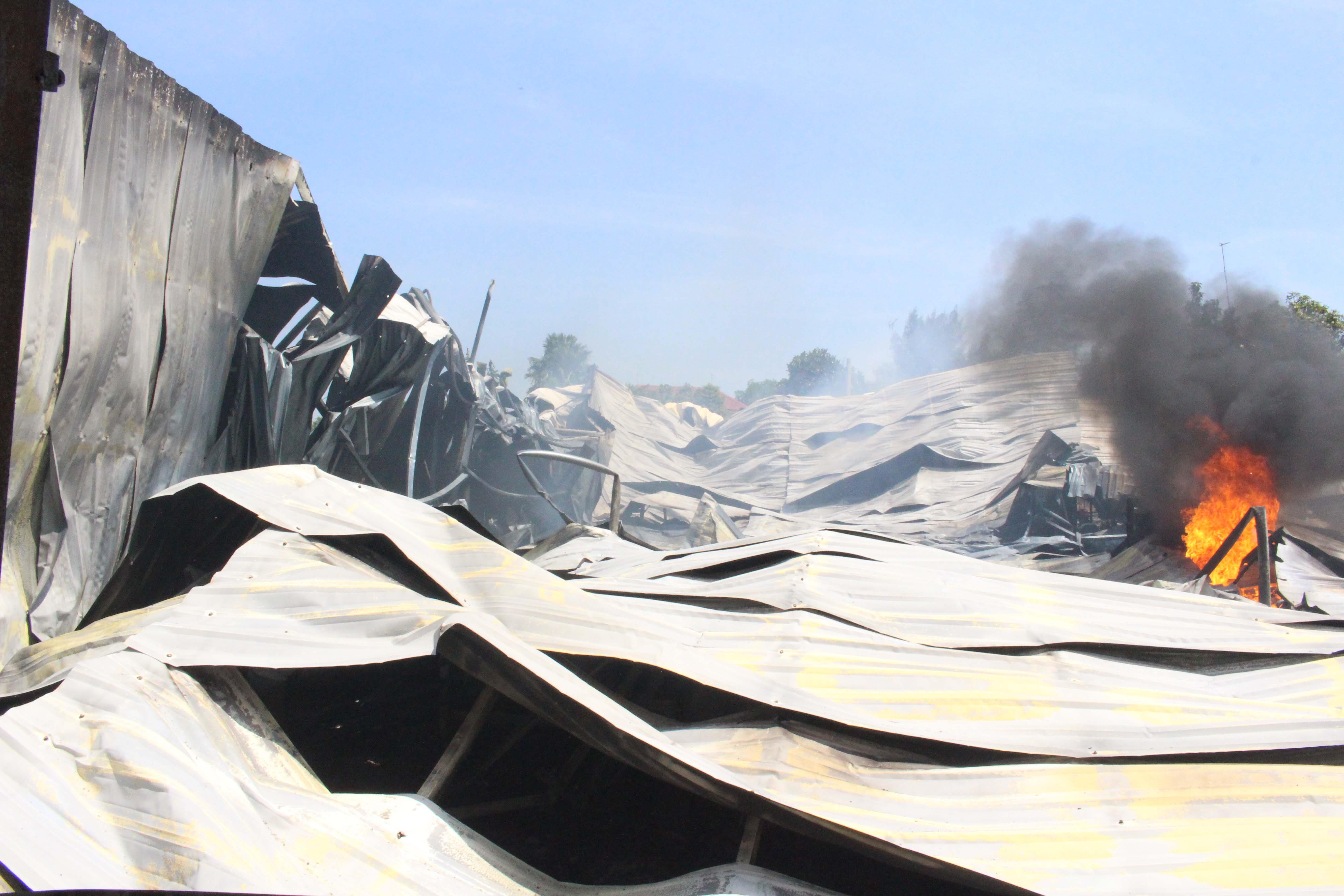 Hỏa hoạn thiêu rụi xưởng gỗ rộng cả ngàn mét vuông trong khu dân cư Ảnh 1