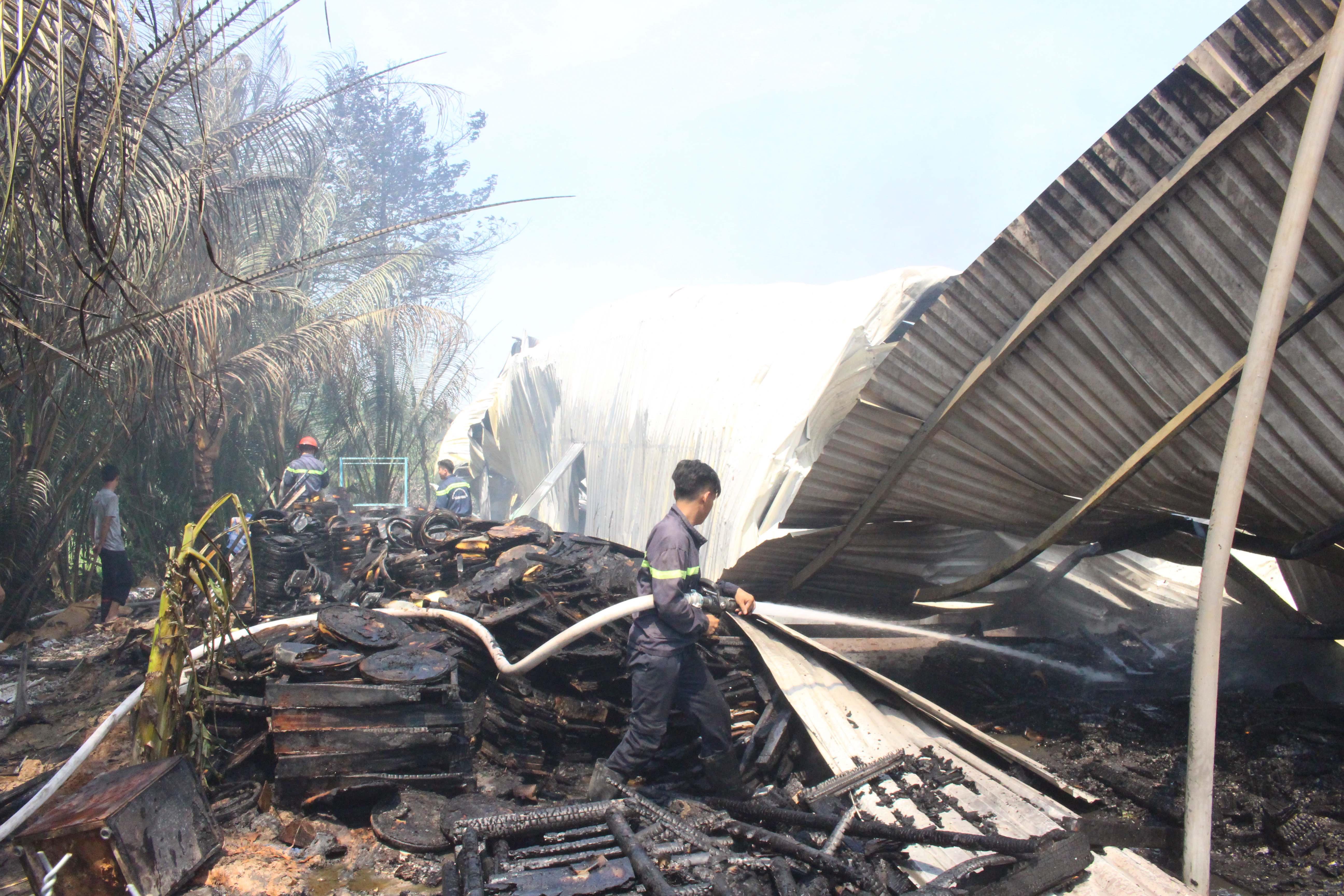 Hỏa hoạn thiêu rụi xưởng gỗ rộng cả ngàn mét vuông trong khu dân cư Ảnh 3