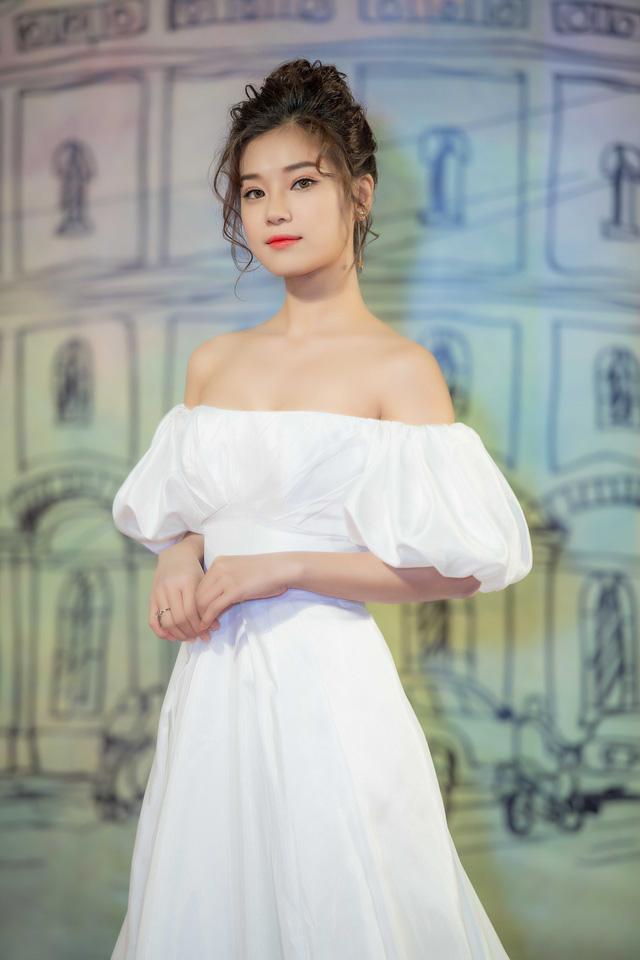 Hết sến sẩm, mỹ nữ thảm đỏ LHP Quốc tế Hà Nội đã lộng lẫy, sang trọng hơn Ảnh 2