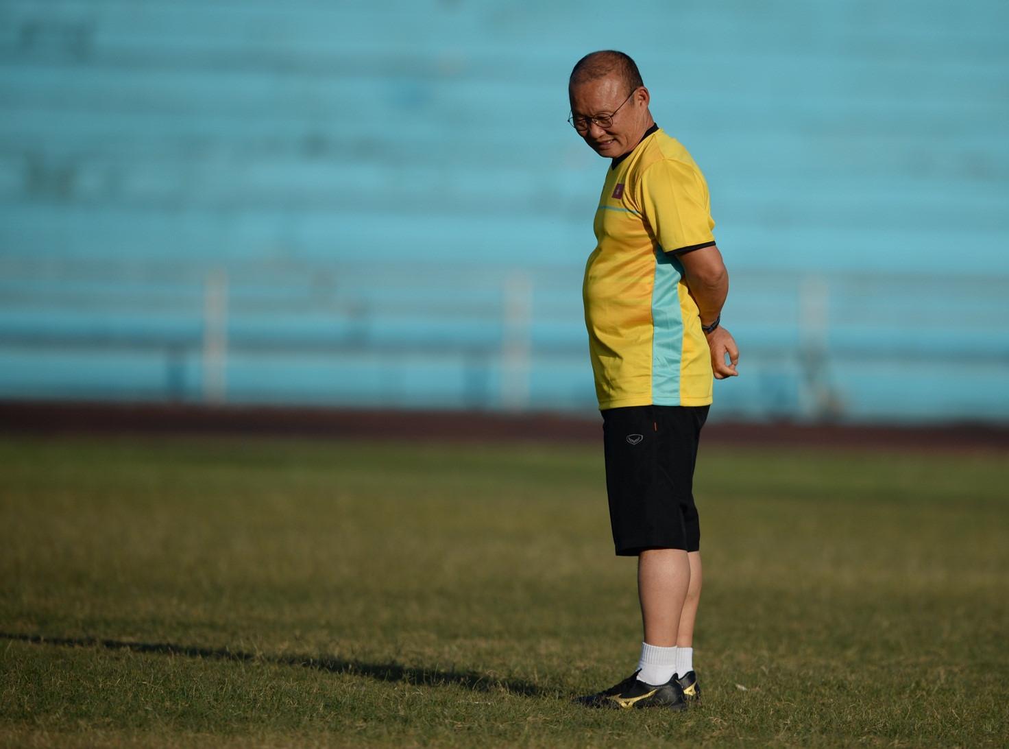Tuyển Việt Nam tập chung sân với người dân đi tập thể dục Ảnh 1