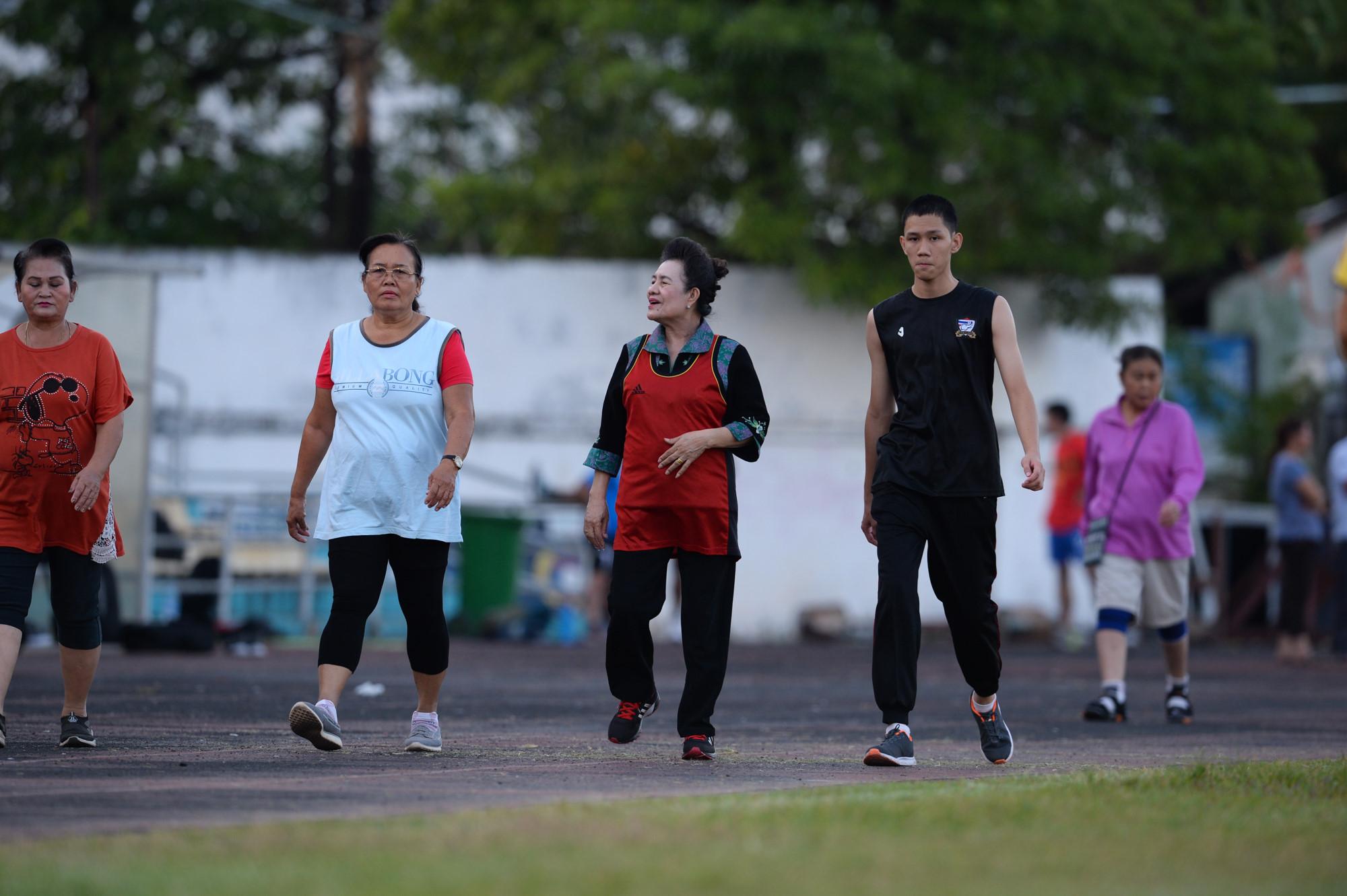 Tuyển Việt Nam tập chung sân với người dân đi tập thể dục Ảnh 4