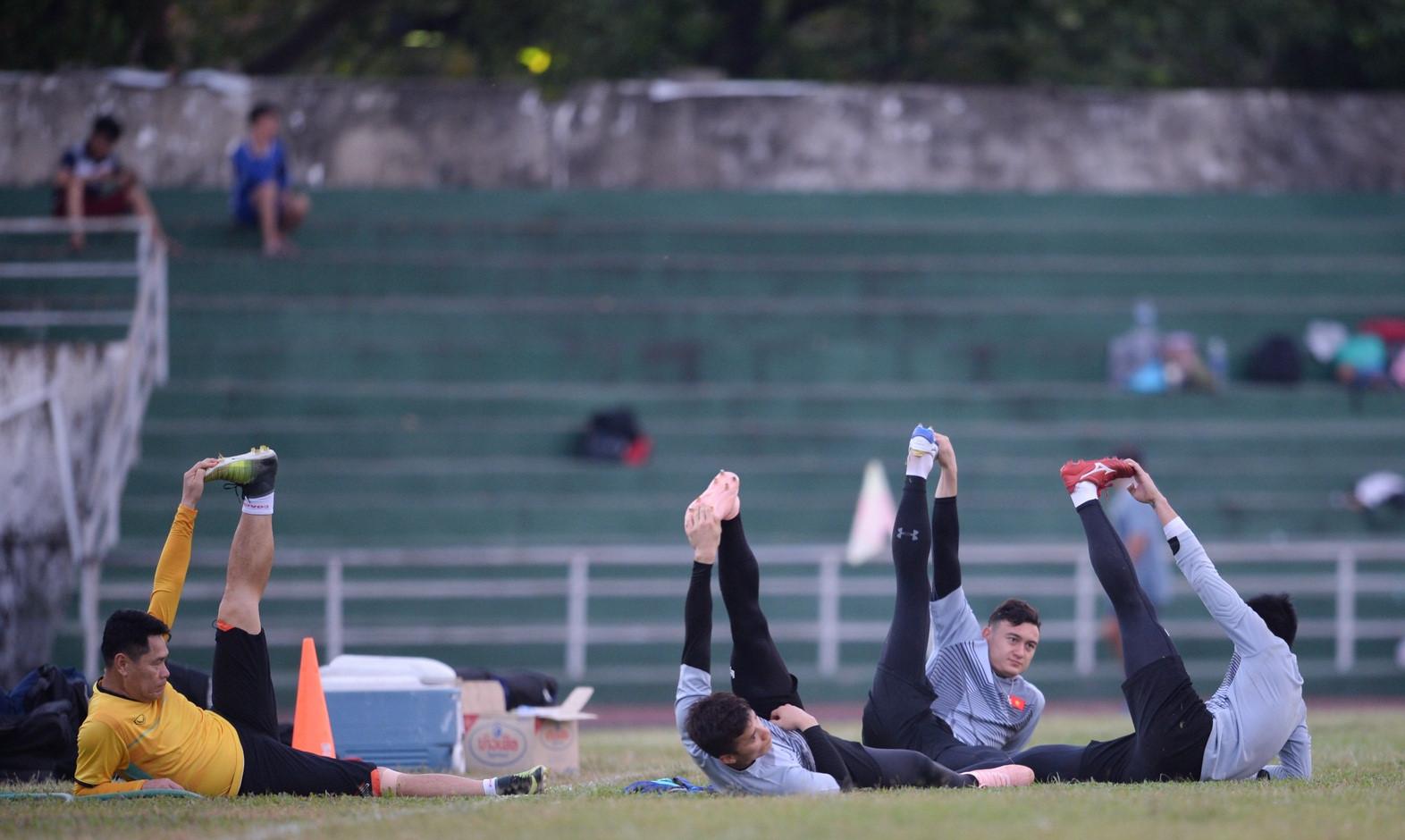 Tuyển Việt Nam tập chung sân với người dân đi tập thể dục Ảnh 8