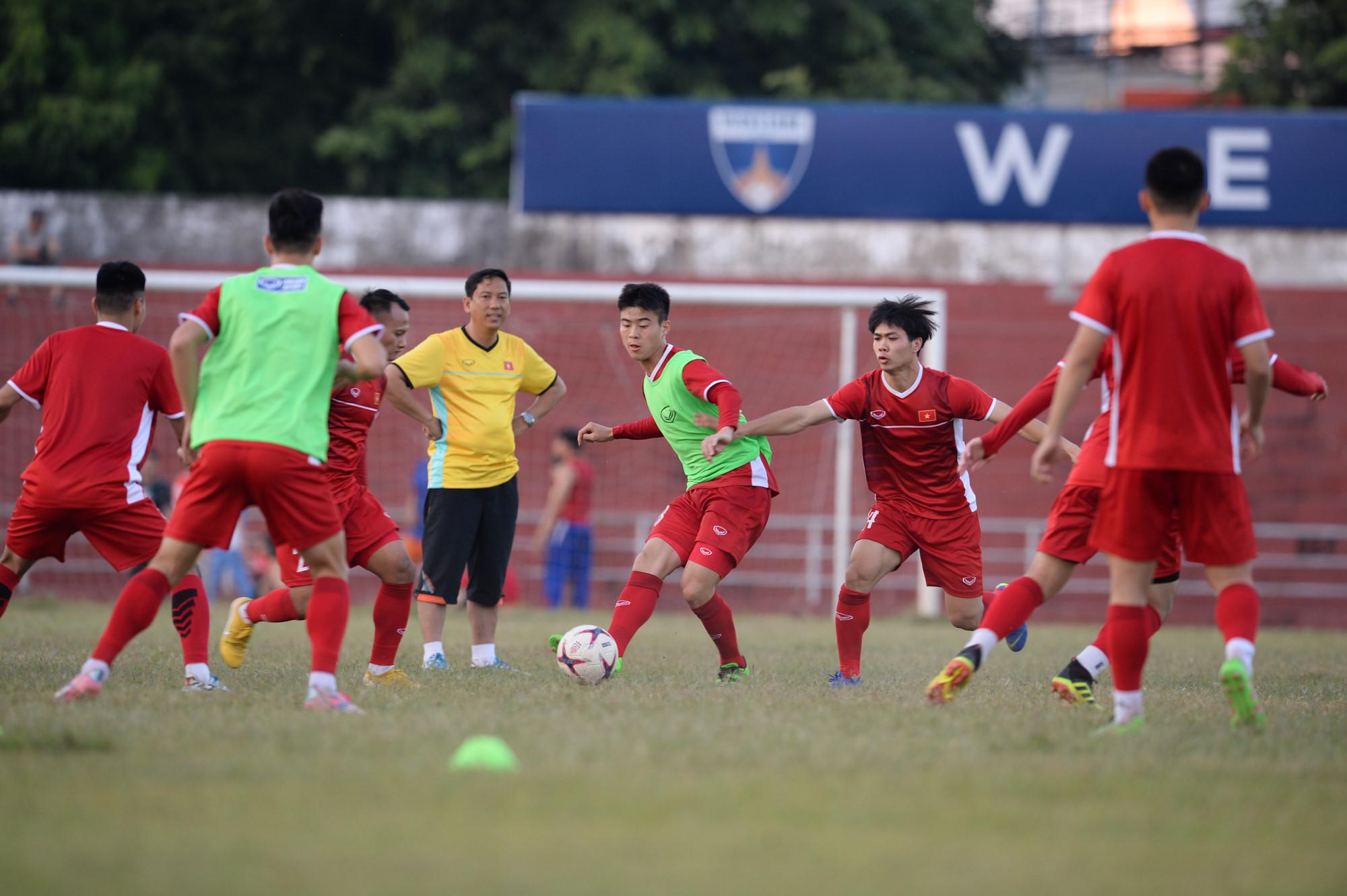 Tuyển Việt Nam tập chung sân với người dân đi tập thể dục Ảnh 6