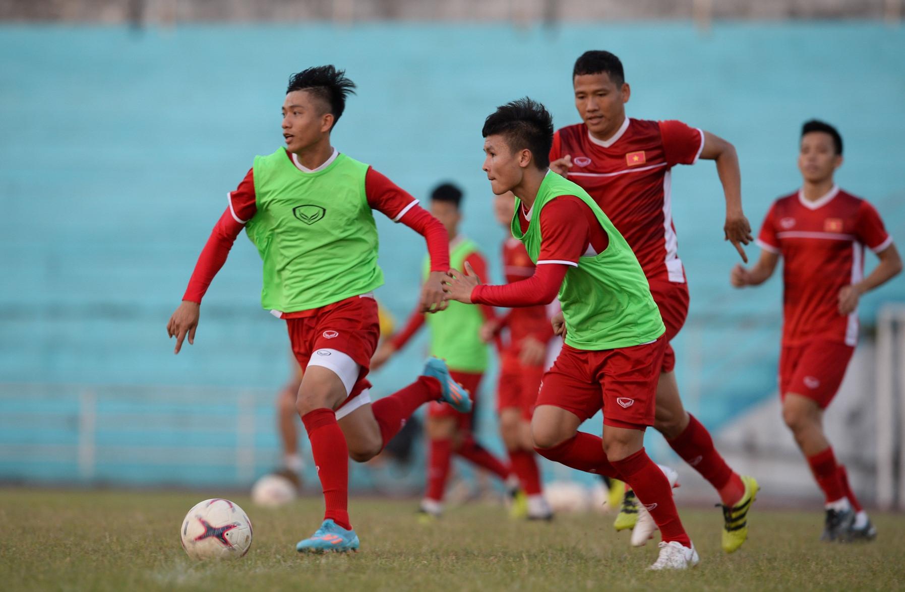 Tuyển Việt Nam tập chung sân với người dân đi tập thể dục Ảnh 7