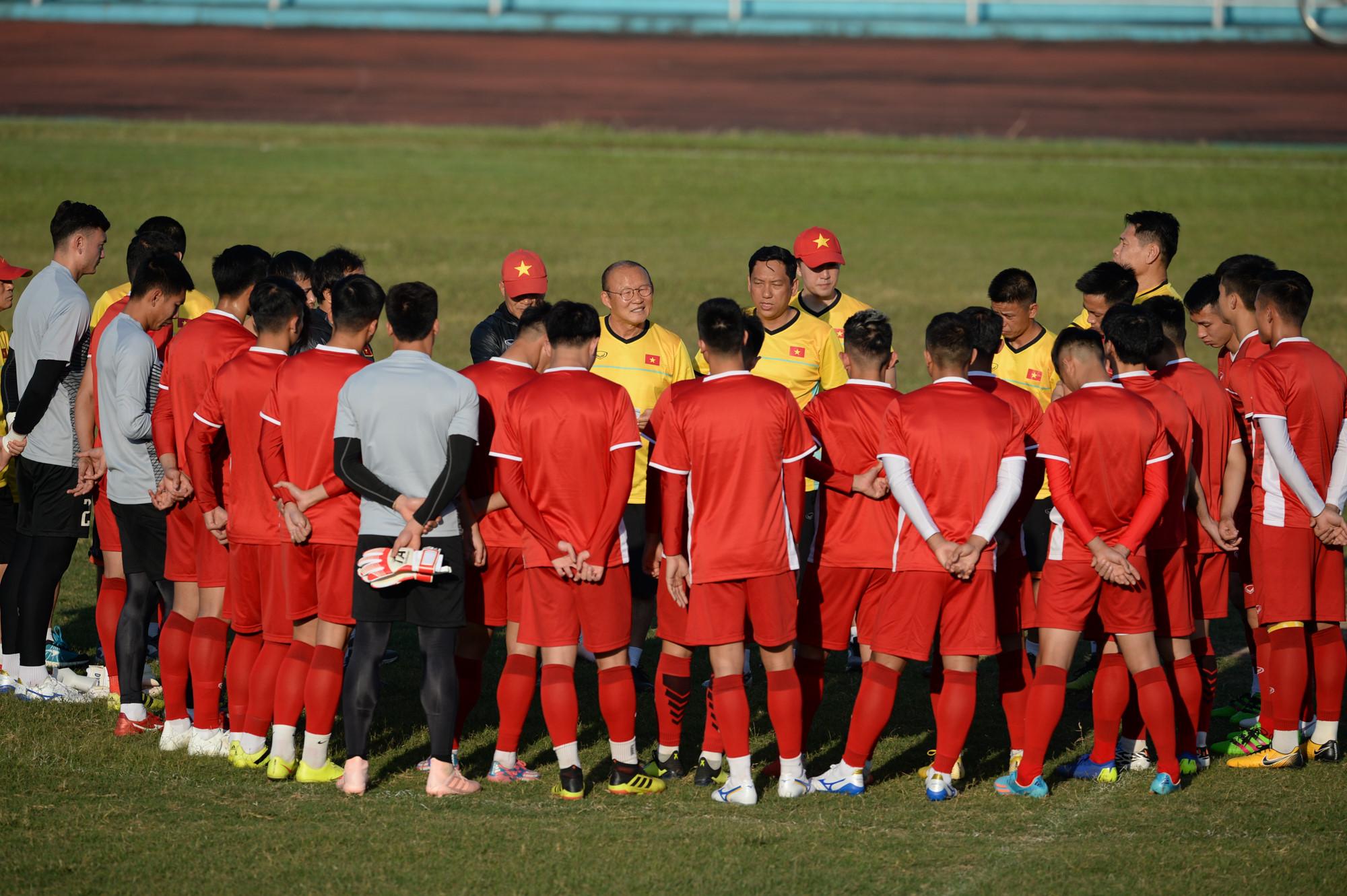 Tuyển Việt Nam tập chung sân với người dân đi tập thể dục Ảnh 2