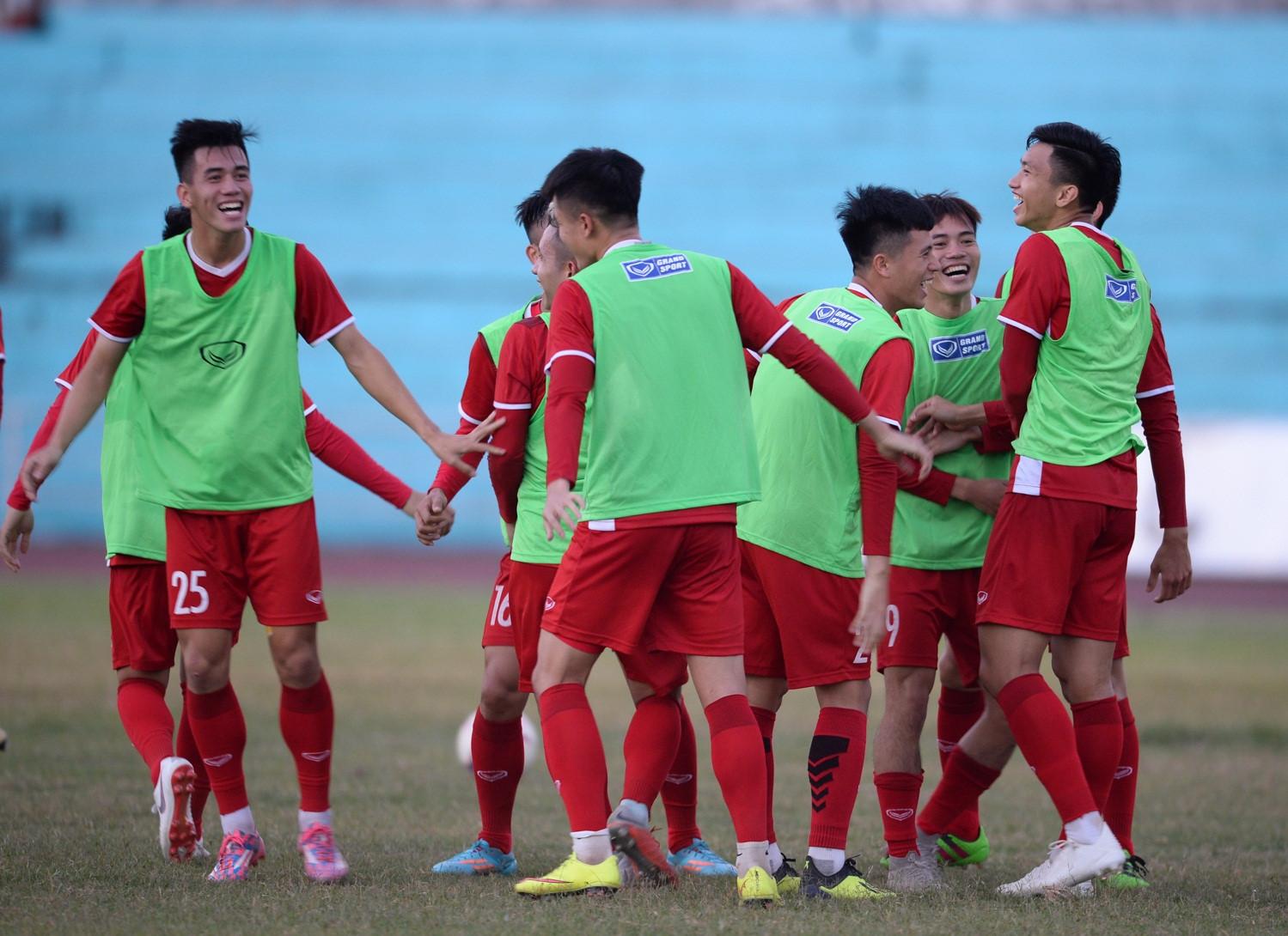 Tuyển Việt Nam tập chung sân với người dân đi tập thể dục Ảnh 10