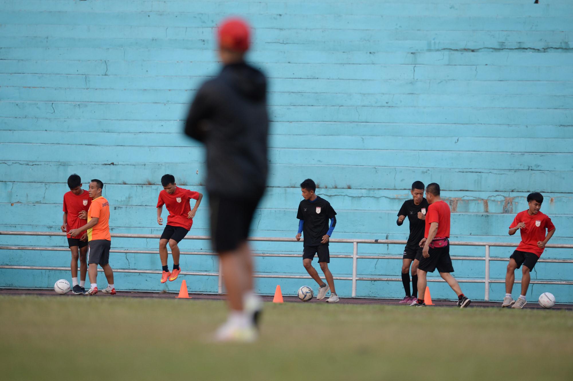 Tuyển Việt Nam tập chung sân với người dân đi tập thể dục Ảnh 5